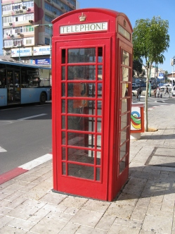 https://upload.wikimedia.org/wikipedia/commons/d/dd/PT-Phone_Booth.jpg
